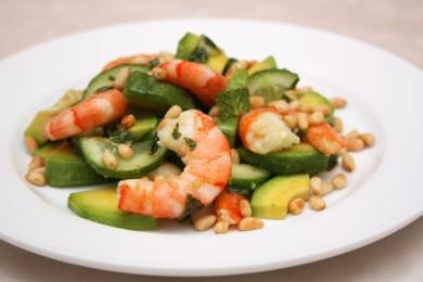 Рецепт Мятный салат из огурцов с креветками и авокадо