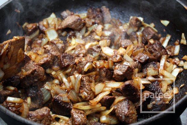 Жареное мясо на сковороде с луком рецепт пошаговый