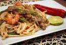 Рисовая лапша с мясом и креветками