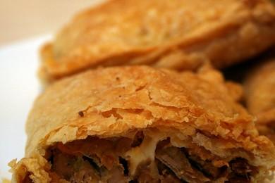 Рецепт Слоеные пирожки с курицей и сыром
