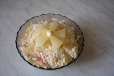 Рецепт Салат с крабовыми палочками и ананасами
