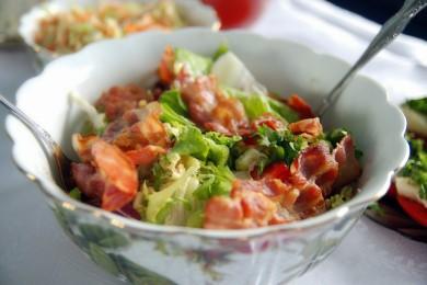 Рецепт Салат из бекона, грибов и помидоров