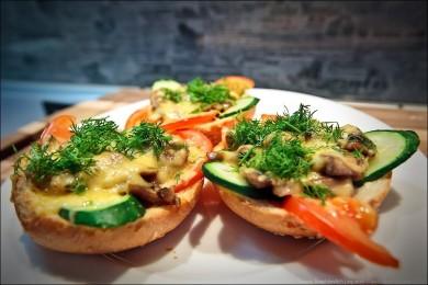 Рецепт Горячие бутерброды с грибами под сыром