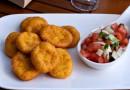 Пончики с соусом пебре и сладким сиропом
