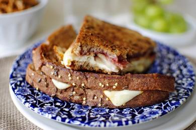 Рецепт Горячий сандвич с сыром, грушей, беконом и малиновым вареньем
