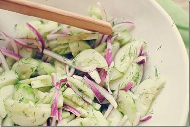 Рецепт Сладкий салат из огурцов, красного лука и укропа