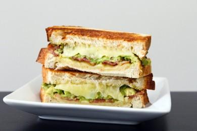 Рецепт Тост с сыром, авокадо и беконом