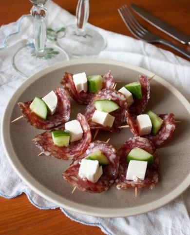 Рецепт Канапе из салями с фетой и огурцом