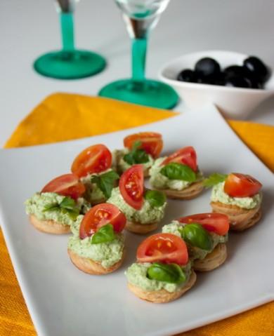 Рецепт Канапе с кремом из феты и песто с томатами