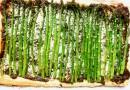 Слоеный пирог с соусом песто и зеленой спаржей