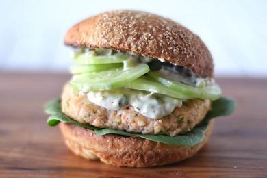 Рецепт Бургер с лососем и домашним соусом Тартар