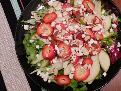 Рецепт Клубнично-грушевый салат с сыром