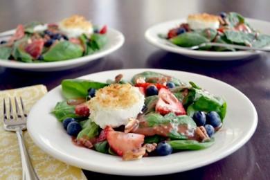Рецепт Салат из шпината с клубникой, черникой и козьим сыром