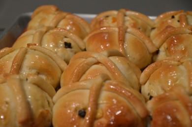 Рецепт Горячие булочки с марципаном и апельсиновыми цукатами