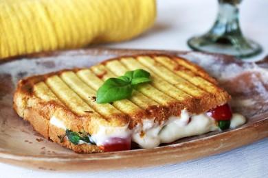 Рецепт Необычный бутерброд Капрезе с соусом