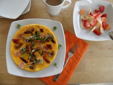 Рецепт Омлет по-французски с копченой индейкой,  вялеными помидорами и базиликом