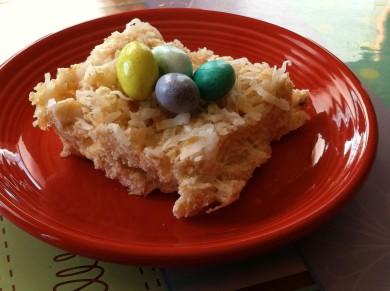 Рецепт Сладкий пирог из кокосовой стружки с конфетами