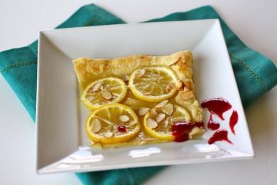Рецепт Лимонный пирог под малиновым соусом с ликером