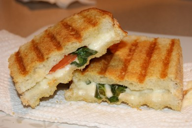 Рецепт Капрезе панини - сырный сэндвич с салатом