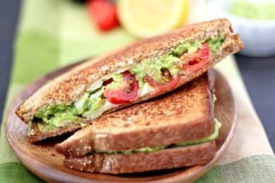 Рецепт Гриль-сэндвич с сыром, авокадо и помидорами