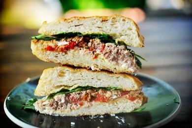 Рецепт Горячие бутерброды с тунцом, помидорами и козьим сыром