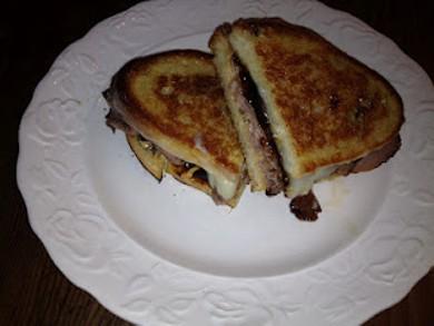 Рецепт Сэндвич с ростбифом, сыром и луком с колой