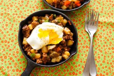Рецепт Ковбойский завтрак - овощи с колбасой и яйцами