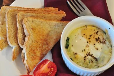 Рецепт Запеченные яйца с беконом и шпинатом