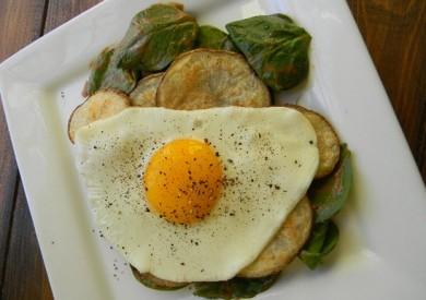 Рецепт Хрустящий картофель с яйцом и шпинатом