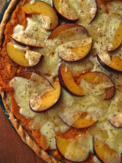 Рецепт Сладкая картофельная пицца со сливами и сыром Бри