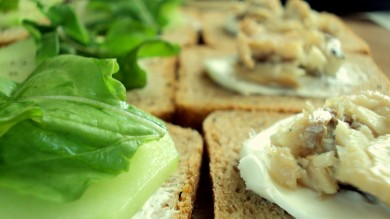Рецепт Сэндвичи с копченой сельдью и огурцом