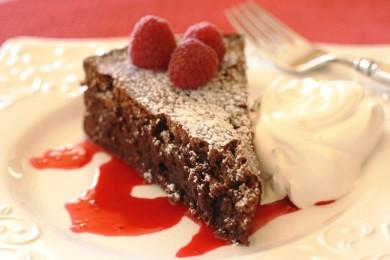Рецепт Шоколадно-миндальный торт с малиновым соусом