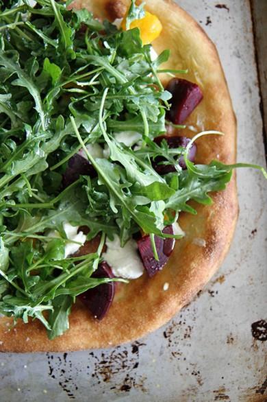 Рецепт Пицца с рукколой, свеклой и козьим сыром