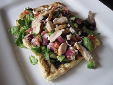 Рецепт Пицца с овощным салатом по-гречески