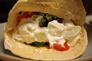 Рецепт Бутерброды с фалафелью и соусом дзадзики