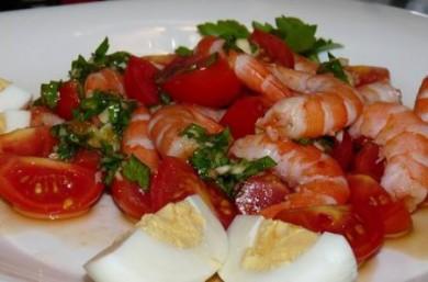 Рецепт Салат с креветками и помидорами