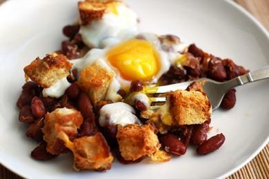 Рецепт Фасоль с яичницей и сухариками