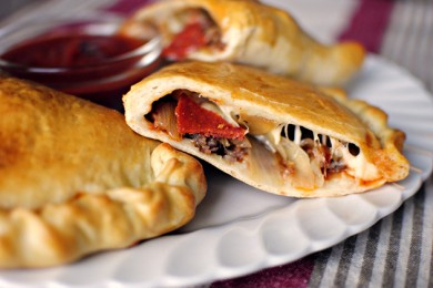 Рецепт Кальцоне с колбасой, луком и сыром