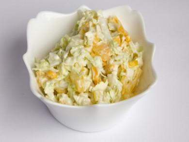 Рецепт Салат капустный с кукурузой и яблоком
