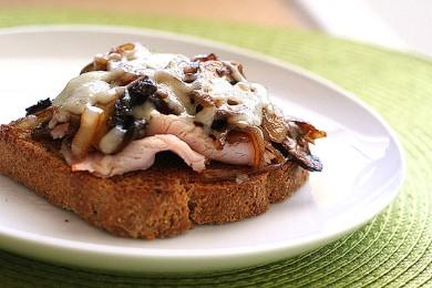 Рецепт Бутерброд с грибами и расплавленным сыром