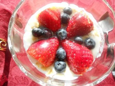 Рецепт Йогуртовый парфе с медом и ягодами