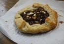 Пирог с карамельным луком и козьим сыром