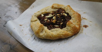 Рецепт Пирог с карамельным луком и козьим сыром