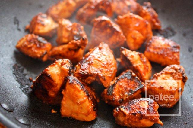 Жареная курица кусочками на сковороде с фото