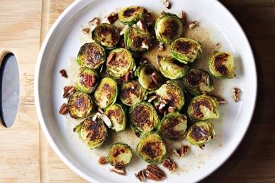Рецепт Брюссельская капуста в сливочном масле, кленовом сиропе с орехами пекан