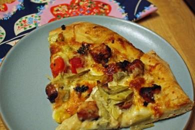 Рецепт Нежная чесночная пицца с куриными колбасками