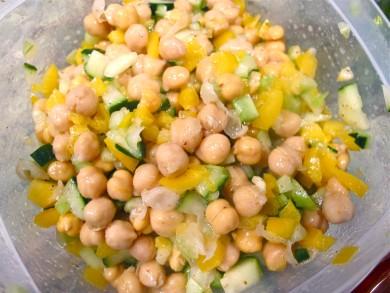 Рецепт Салат с нутом, огурцом и перцем