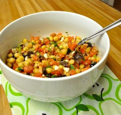 Рецепт Салат с нутом, оливками, сыром и помидорами