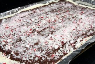 Шаг 7. Шаг 8. Посыпать мятной крошкой и поставить в морозильник, чтобы шоколад застыл.