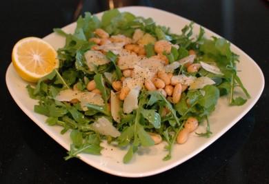 Рецепт Салат из рукколы с сыром и фасолью